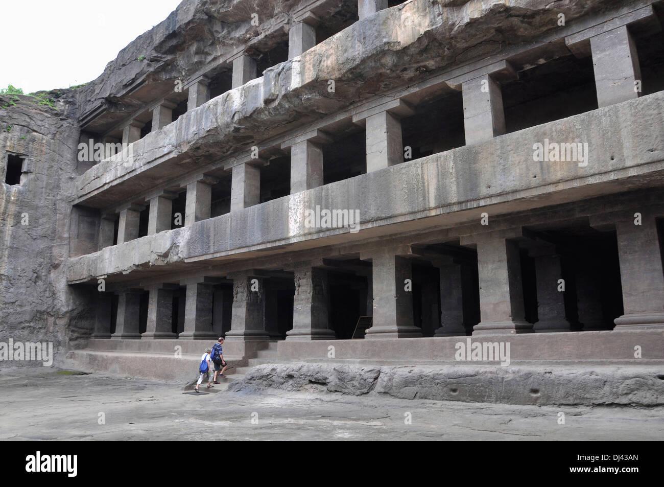 Höhle 12: Teen Tal Fassade. Blick von Südwesten. Die Säulen sind quadratisch und haben einfache Klammern Hauptstädte. Ellora Höhlen Stockbild