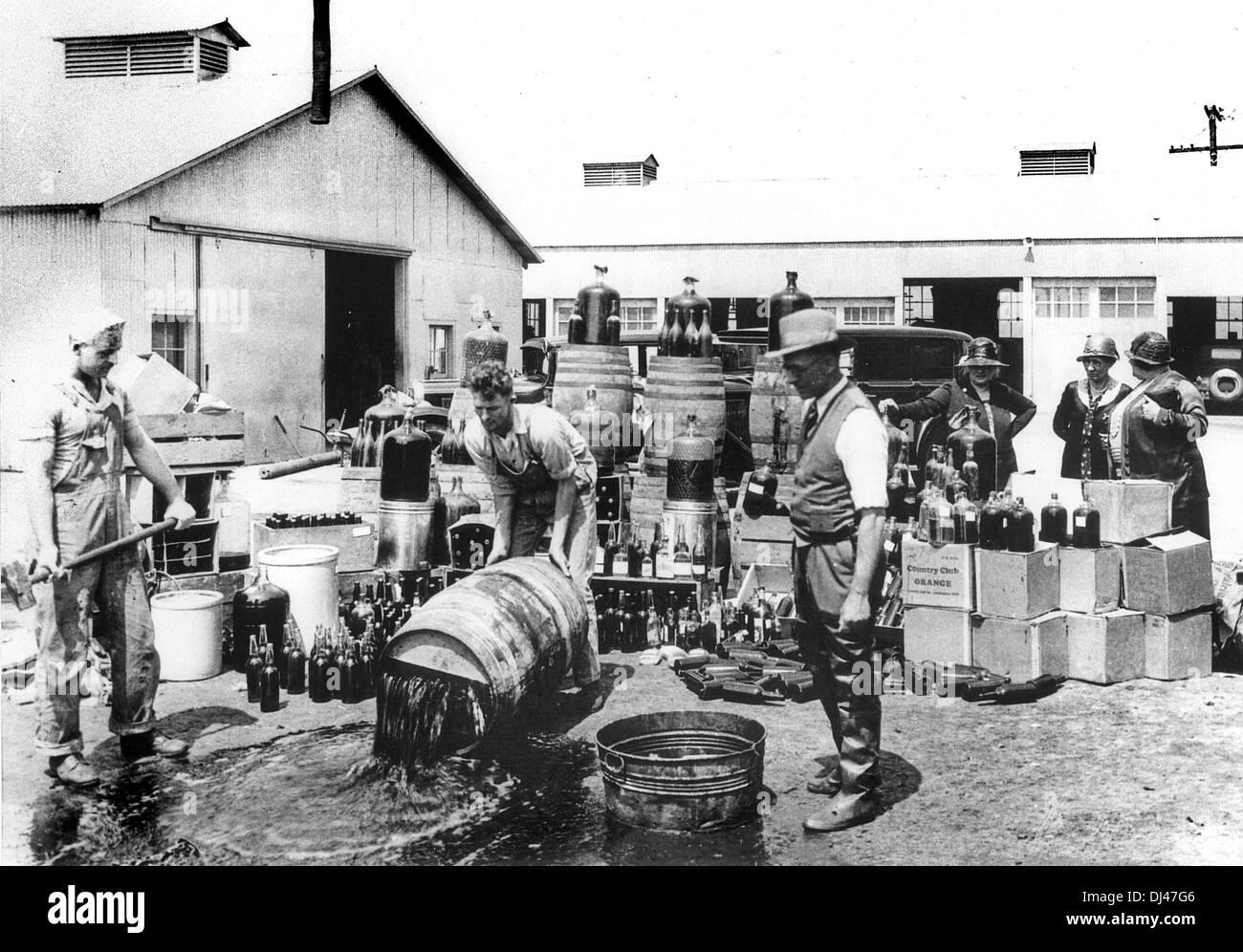 Zerstörung von Alkohol während der Prohibition, Amerika Stockbild