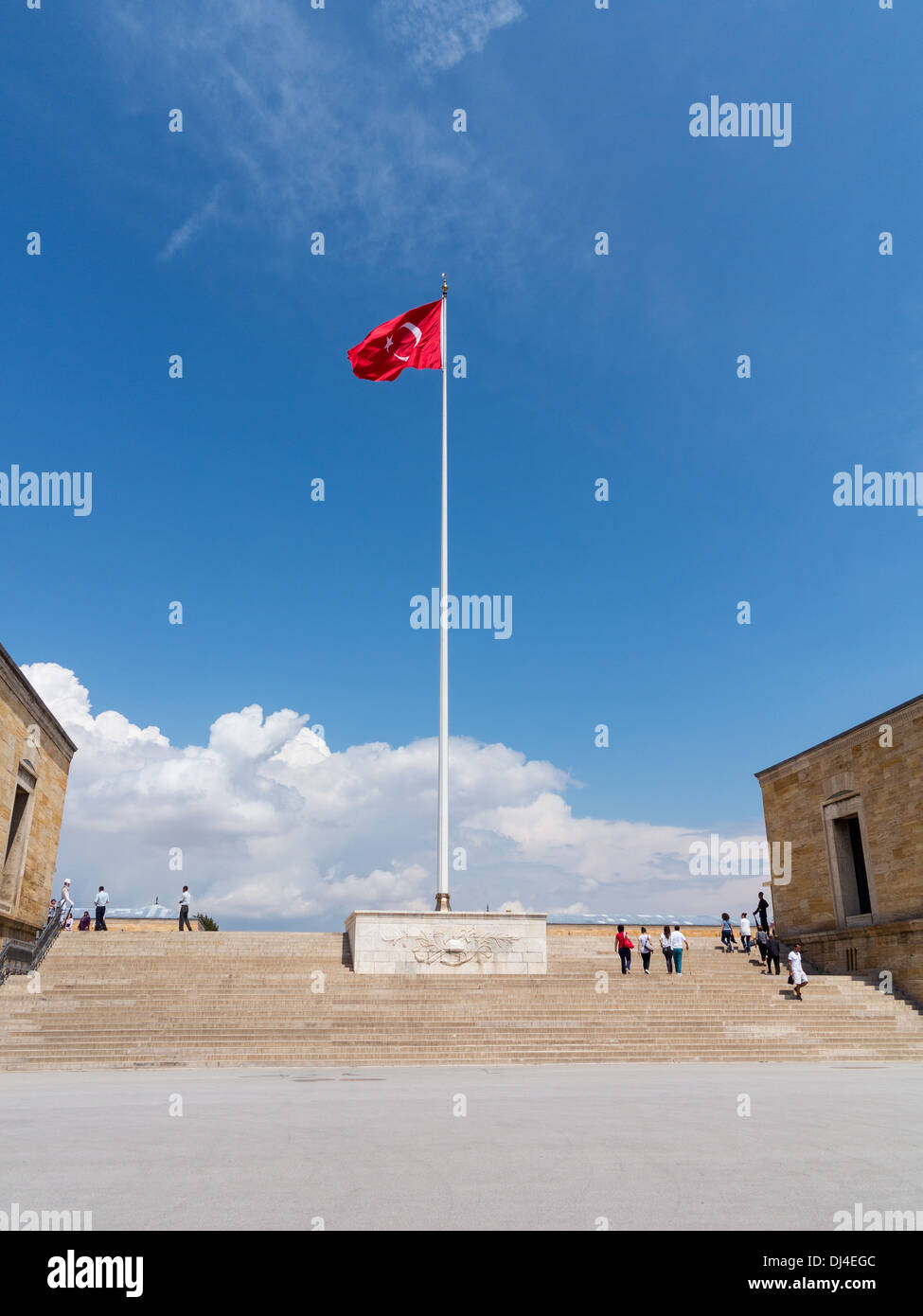 t rkische flagge am mausoleum kemal atat rk in der n he von ankara t rkei stockfoto bild. Black Bedroom Furniture Sets. Home Design Ideas