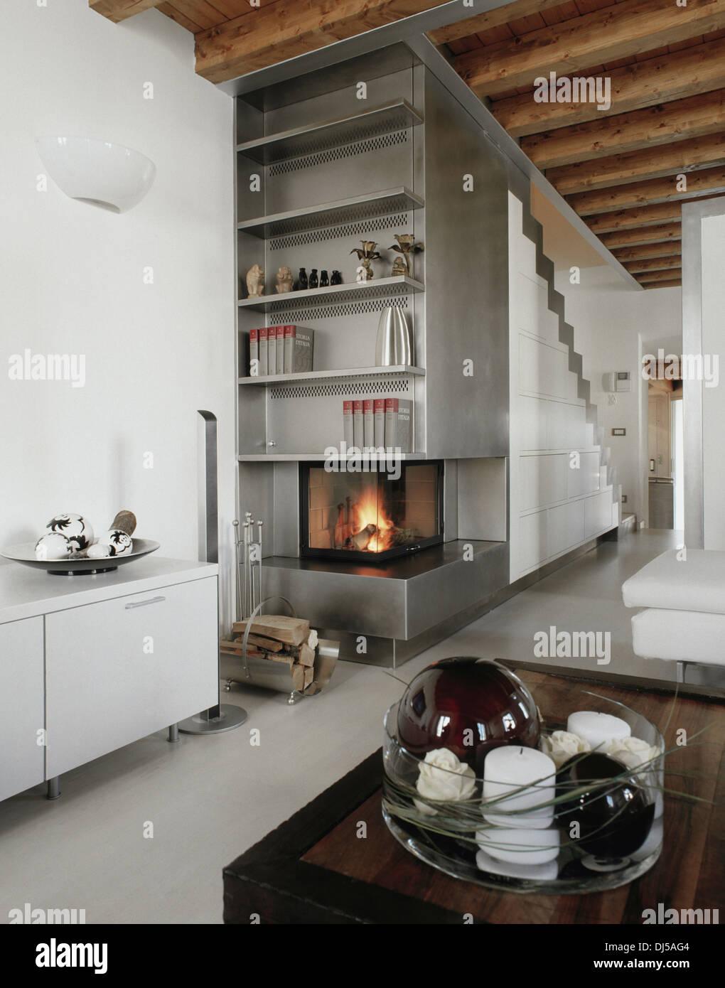 moderne Wohnzimmer und Treppe auf den Dachboden mit ...