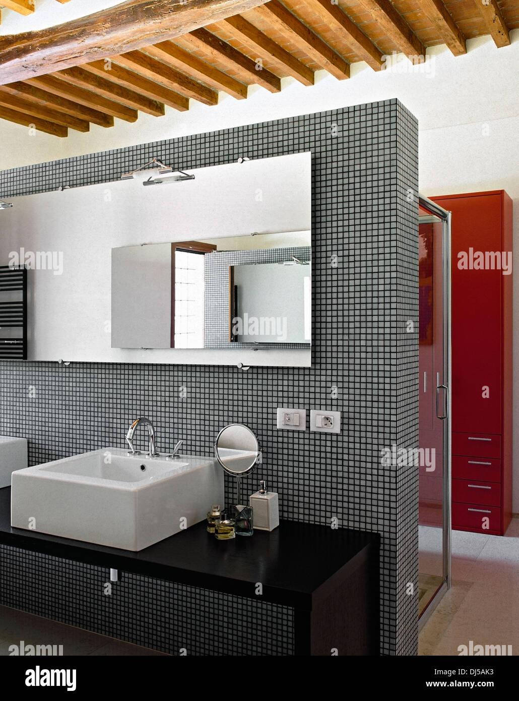 Detail Der Waschtisch In Ein Modernes Bad Mit Kassettendecke Und Mosaik  Fliesen