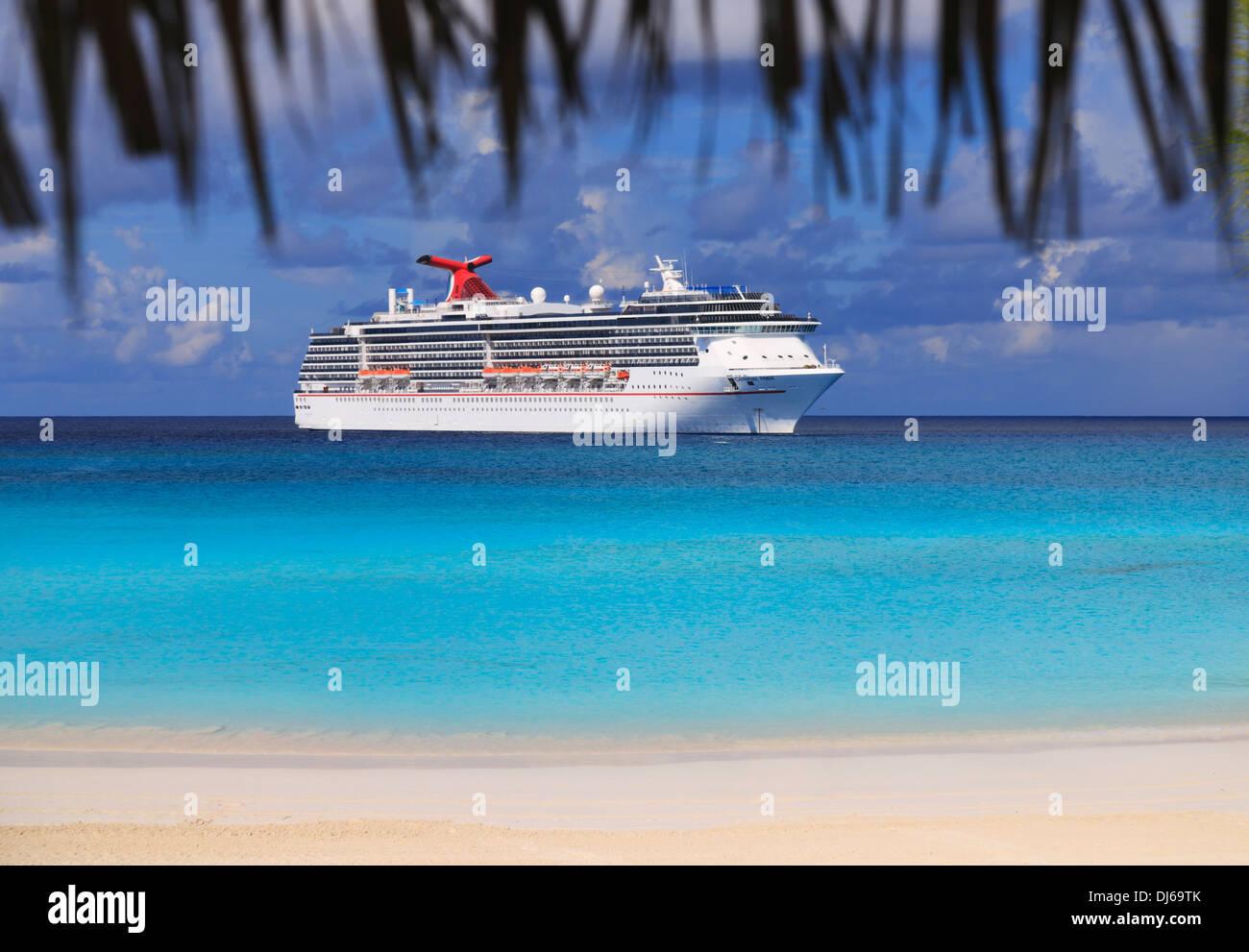 Linie Kreuzfahrtschiff in der Karibik Stockbild