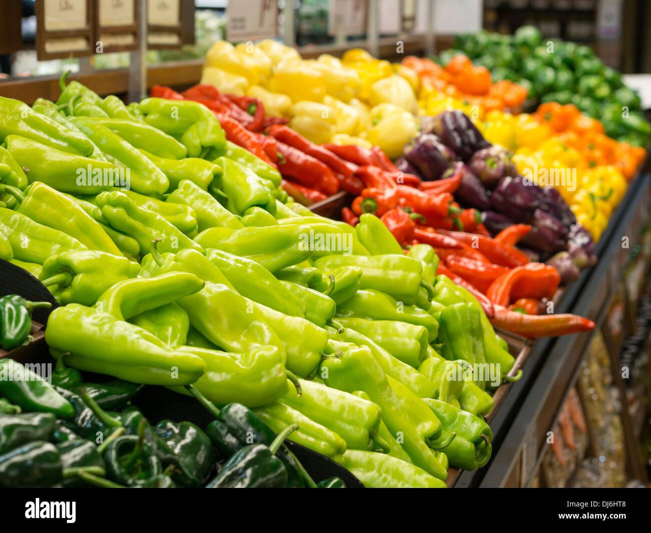 Eine Auswahl von Paprika. Auf dem Display in einem Lebensmittelgeschäft eine bunte Anzeige von süß und Peperoni. Stockbild