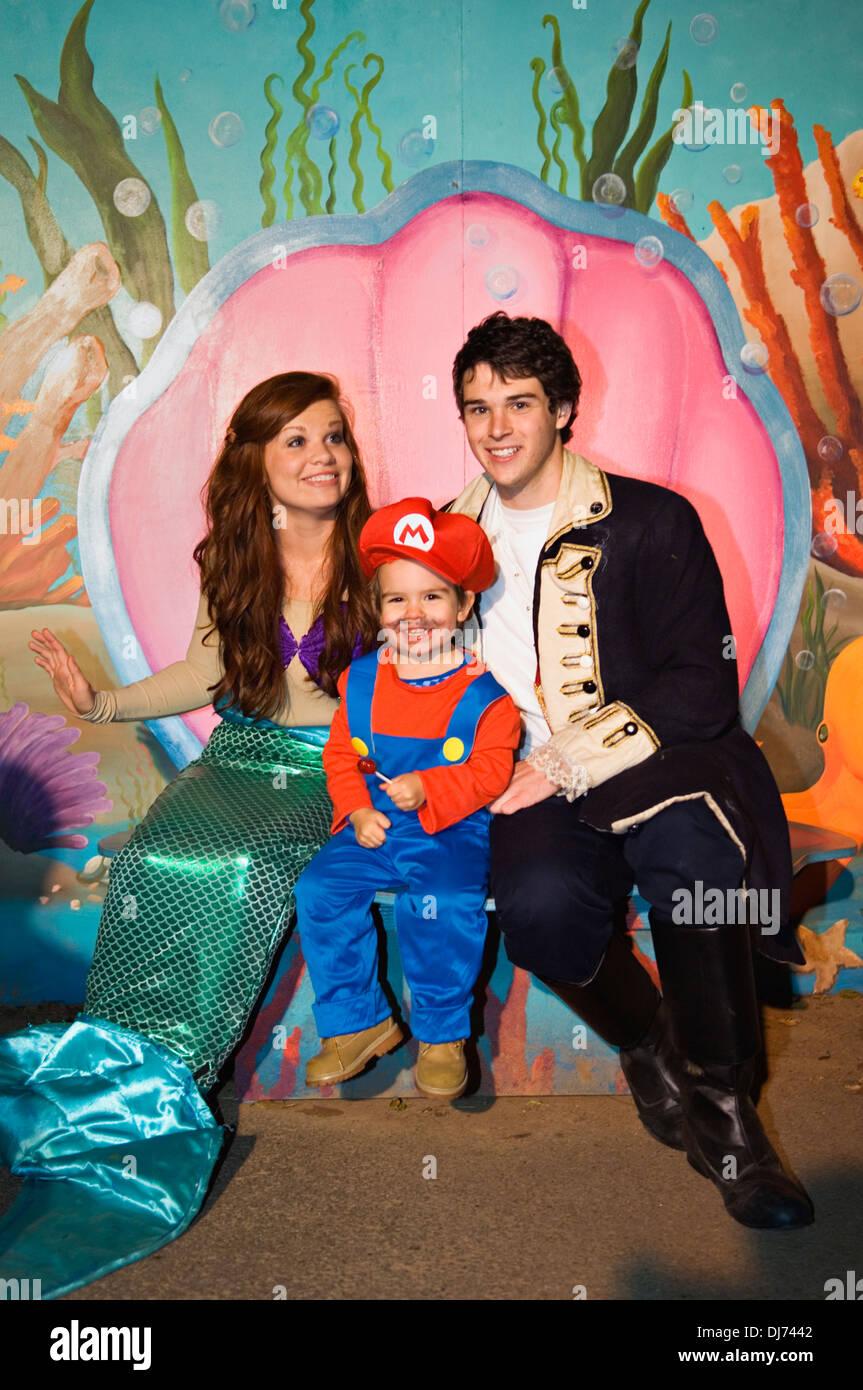 Kleinkind verkleidet als Mario für Halloween mit Charactors die ...