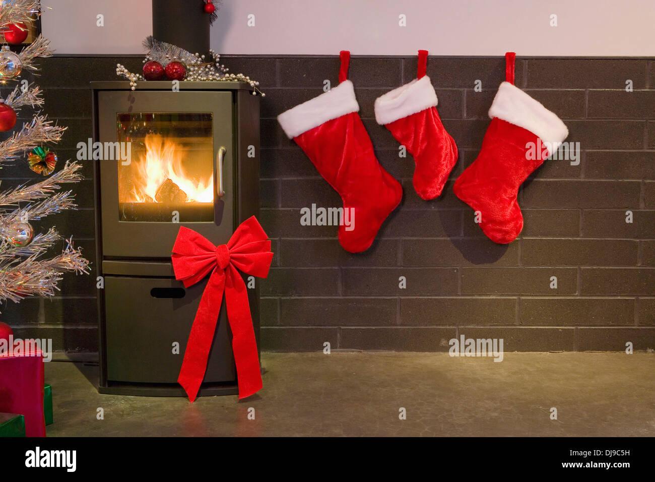 Weihnachtsdekoration Strümpfe Kamin Bogen Und Lametta Baum Im Modernen  Wohnzimmer Winter Alaska · Design Pics ...