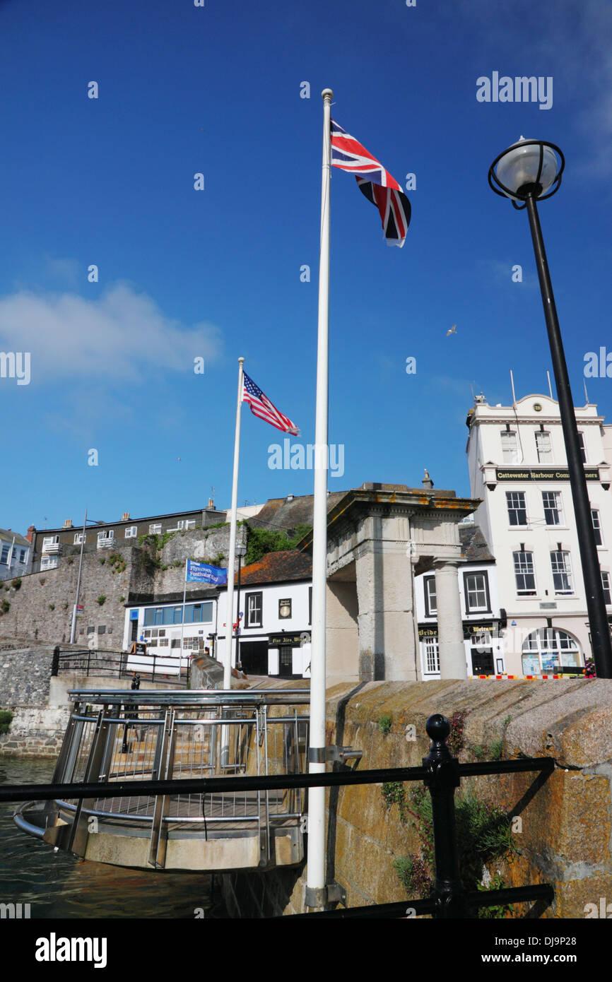 Die Stars And Stripes und Union Jack fliegen Seite an Seite an den Stufen der Mayflower in Plymouth. Stockbild