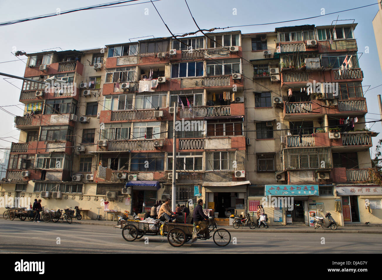 old housing in shanghai stockfotos old housing in shanghai bilder alamy. Black Bedroom Furniture Sets. Home Design Ideas