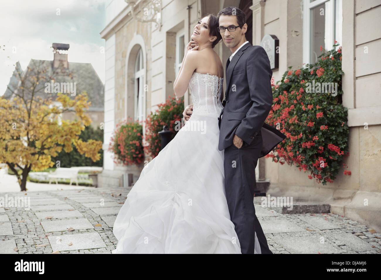 Junge Braut im Männer zärtliche Umarmung Stockbild
