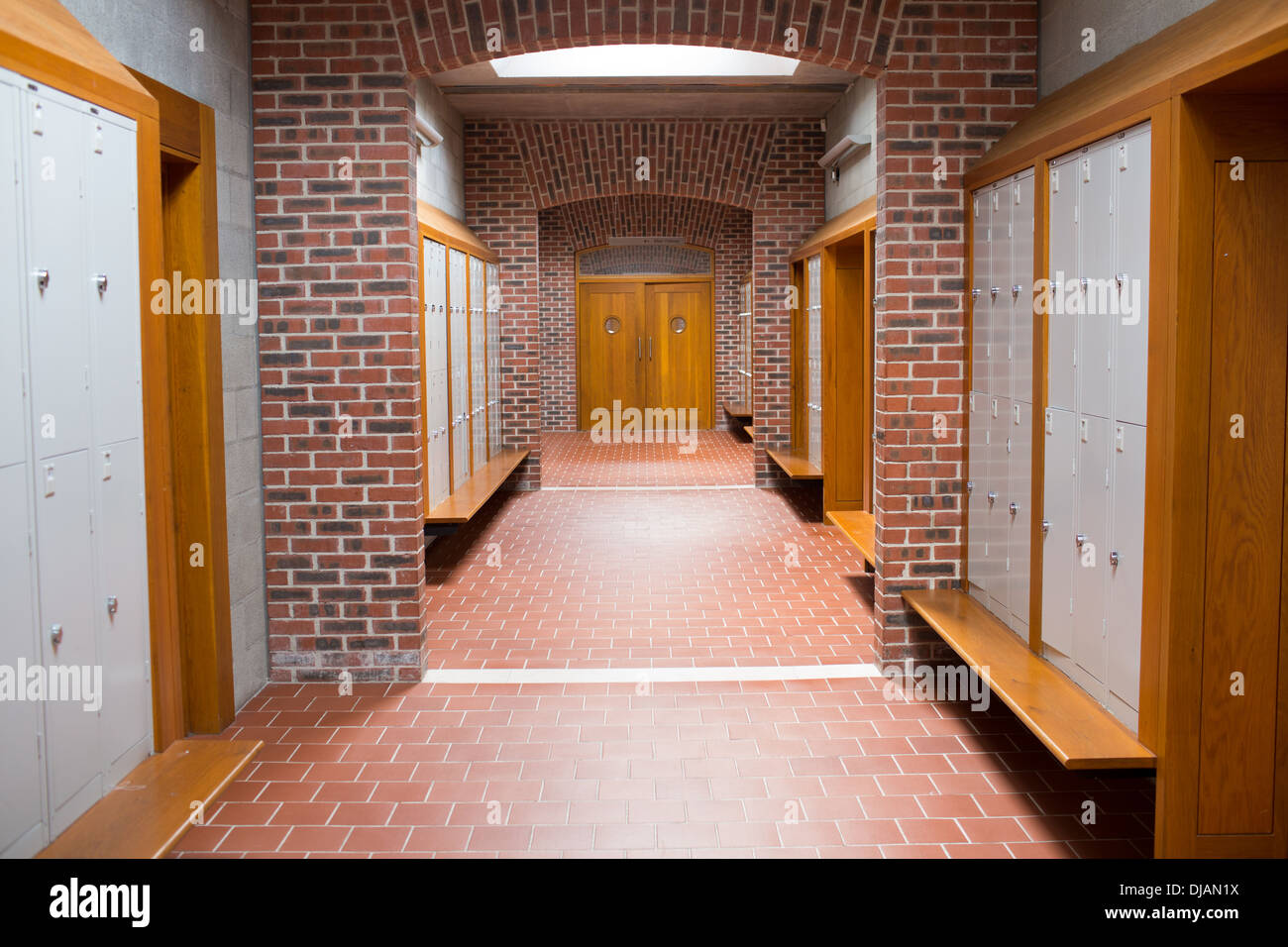 Fußboden Aus Backsteinen ~ Backstein gemauerten korridor mit gefliesten fußböden in der schule
