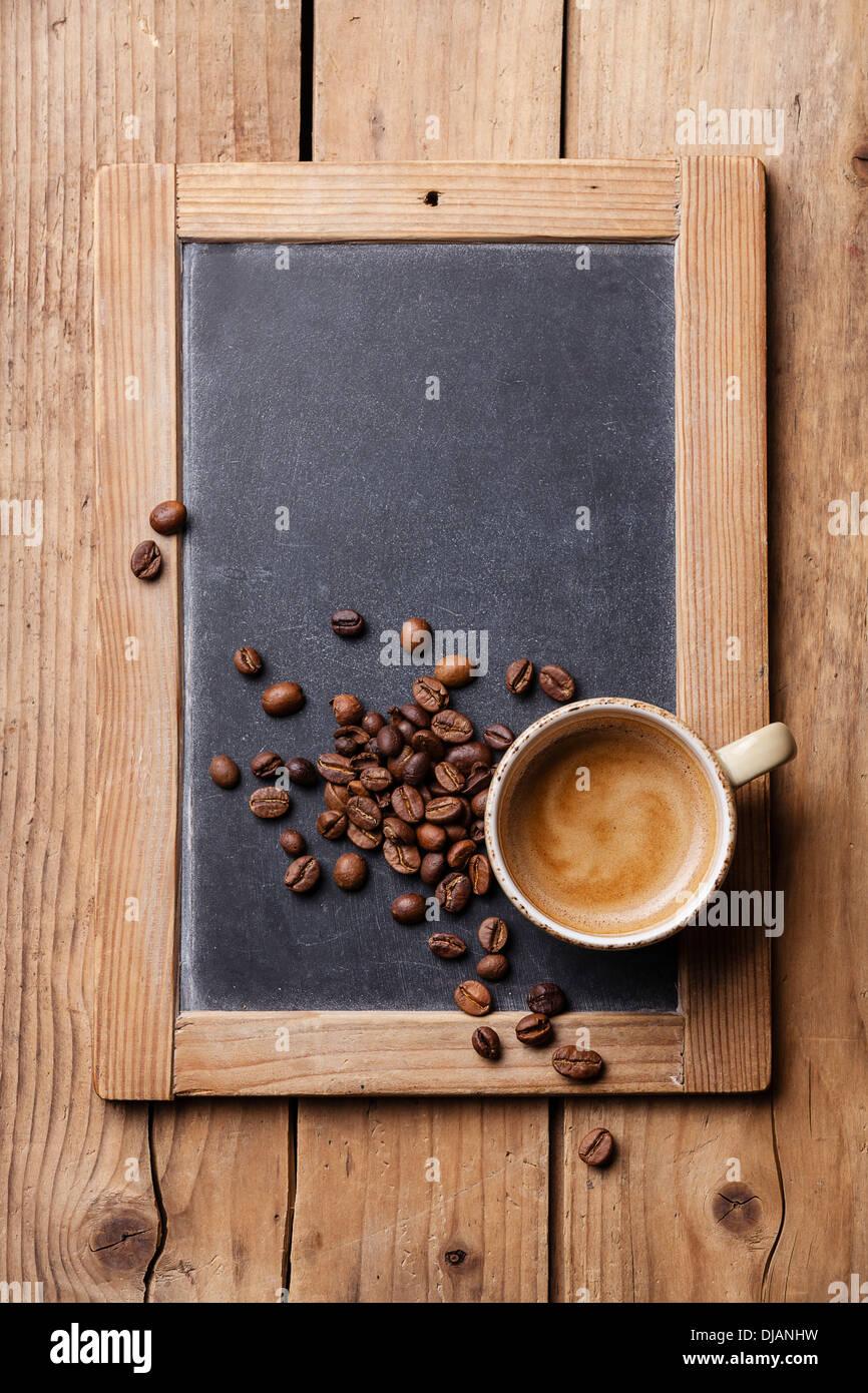 Kaffeetasse mit Kaffeebohnen an Vintage Schiefer Tafel Stockbild