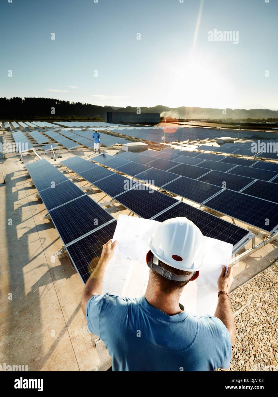 Solaranlage Techniker Studium einen plan Stockfoto