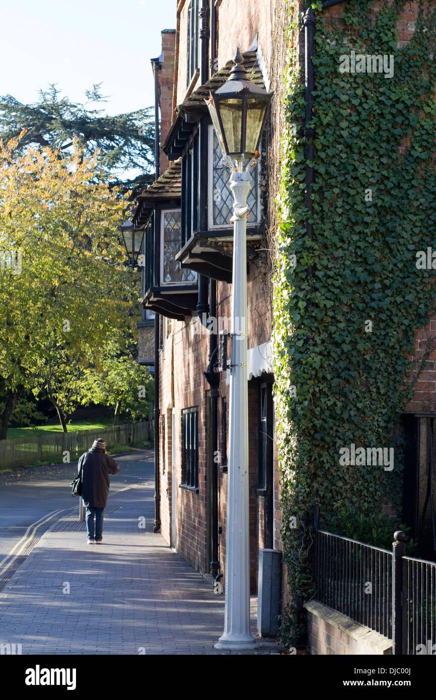 Frau auf einer Straße in Stratford-Upon-Avon, England Stockbild