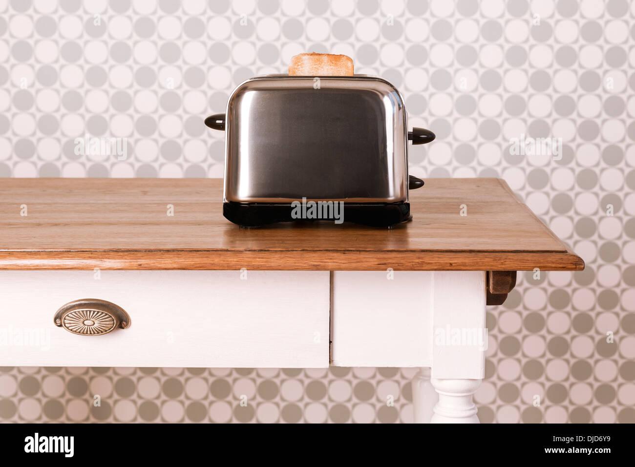 Alten Küchentisch mit Toaster und eine Scheibe Brot vor dekorative ...