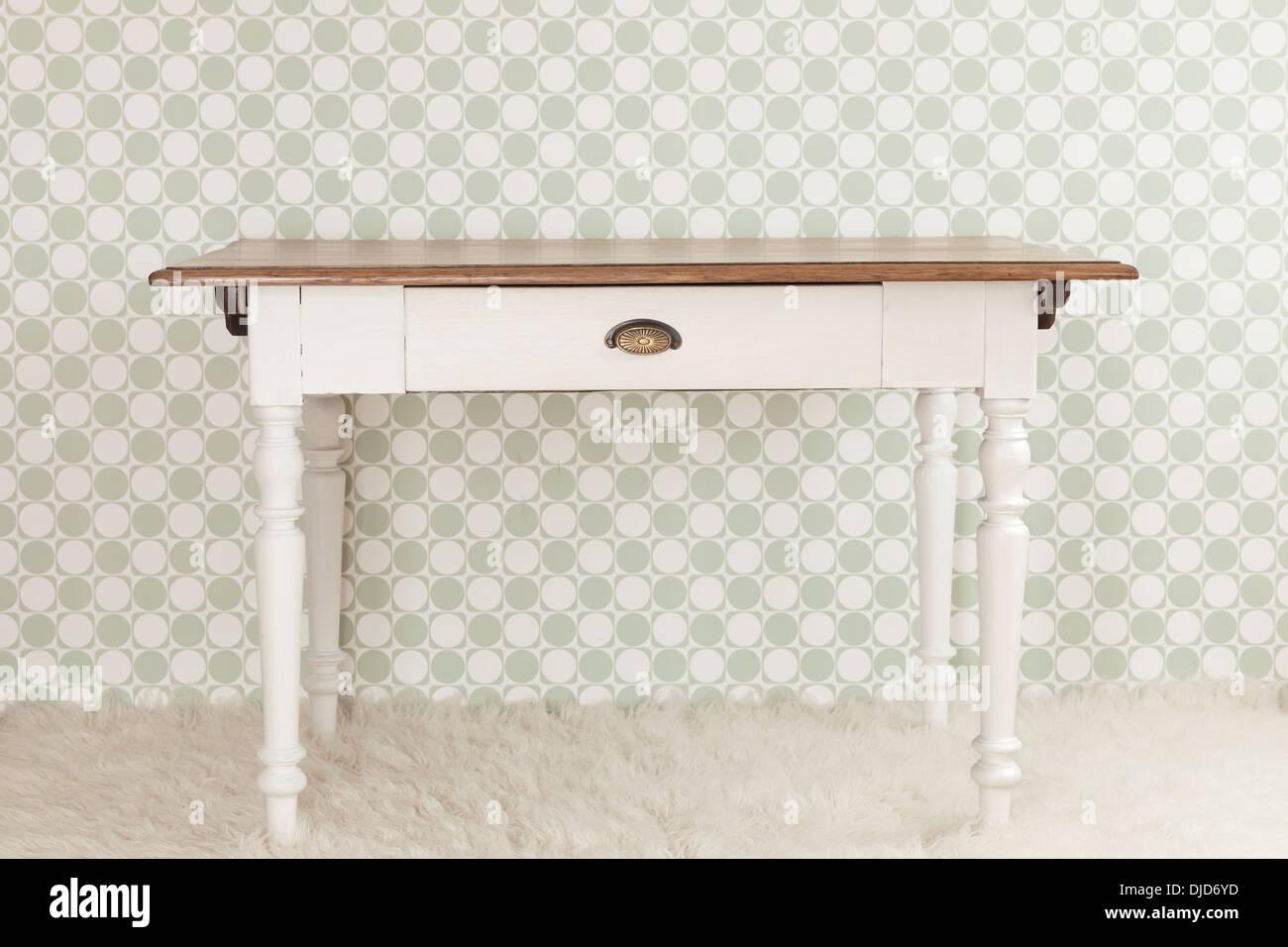 Alten Küchentisch vor dekorative Tapeten, Studio gedreht Stockfoto ...