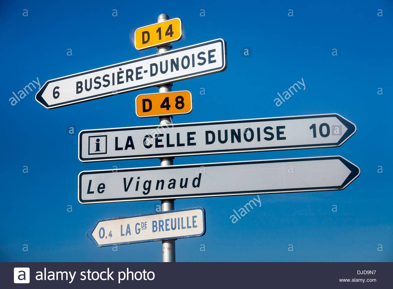 Französische Straße direktionale Verkehr Schilder, Anzême, Creuse Abteilung, Limousin, Frankreich Stockbild