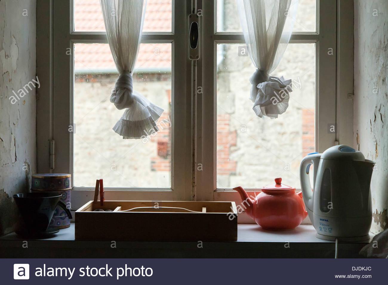 Wasserkocher Und Teekanne In Kuche Fenster Fensterbank Sitzen
