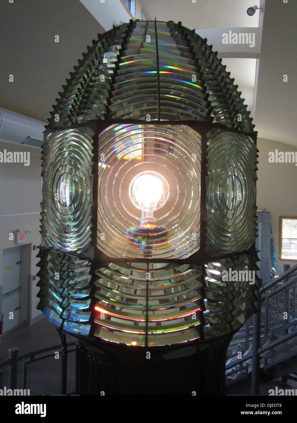 Die alte Fresnel-Linse aus der Fire Island Lighthouse, jetzt untergebracht in einem Museum neben dem Leuchtturm Stockbild