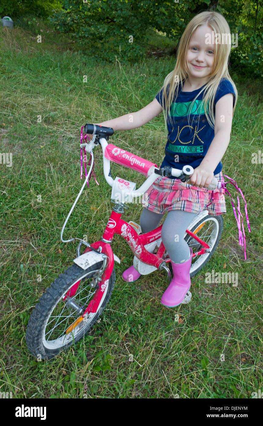 junge polin verziert 6 jahre auf ihr schickes fahrrad. Black Bedroom Furniture Sets. Home Design Ideas