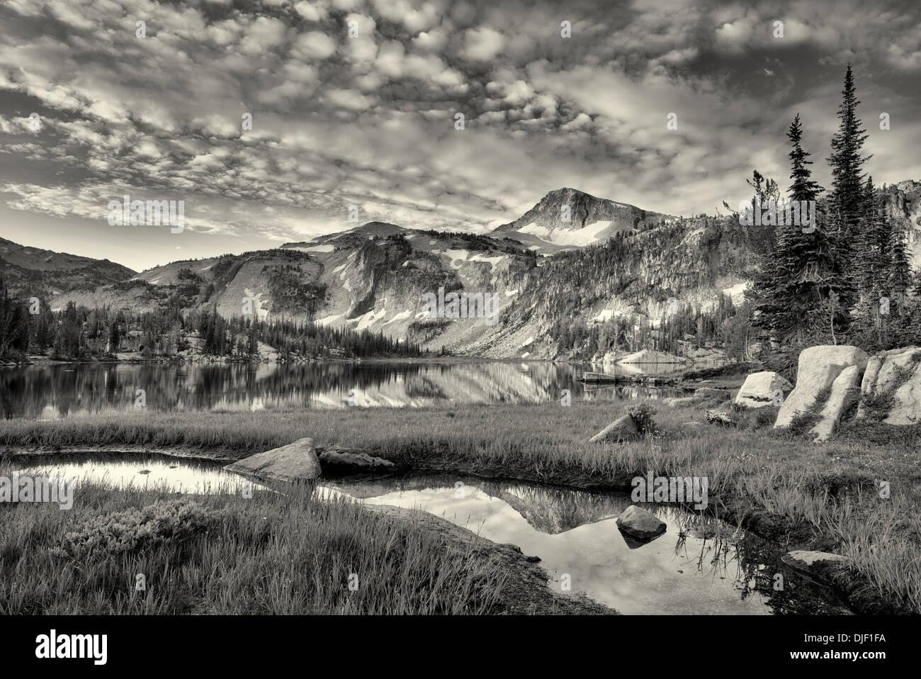 Abendlicht und Reflexion im kleinen Bach und Mirror Lake mit Kappe Adlerberg. Eagle Cap Wildnis, Oregon Stockbild