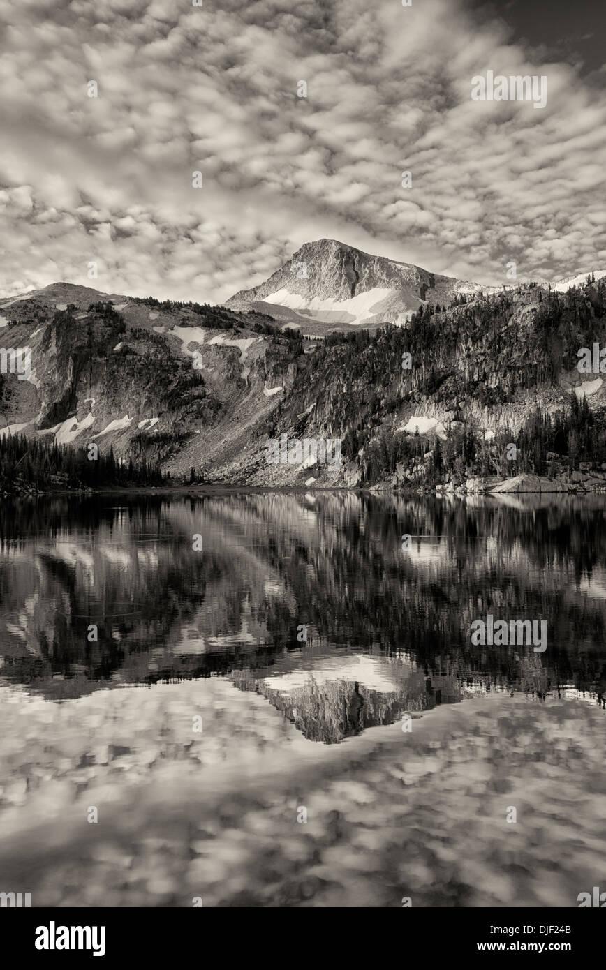 Abendlicht und Reflexion im Spiegel See mit Kappe Adlerberg. Eagle Cap Wildnis, Oregon Stockbild