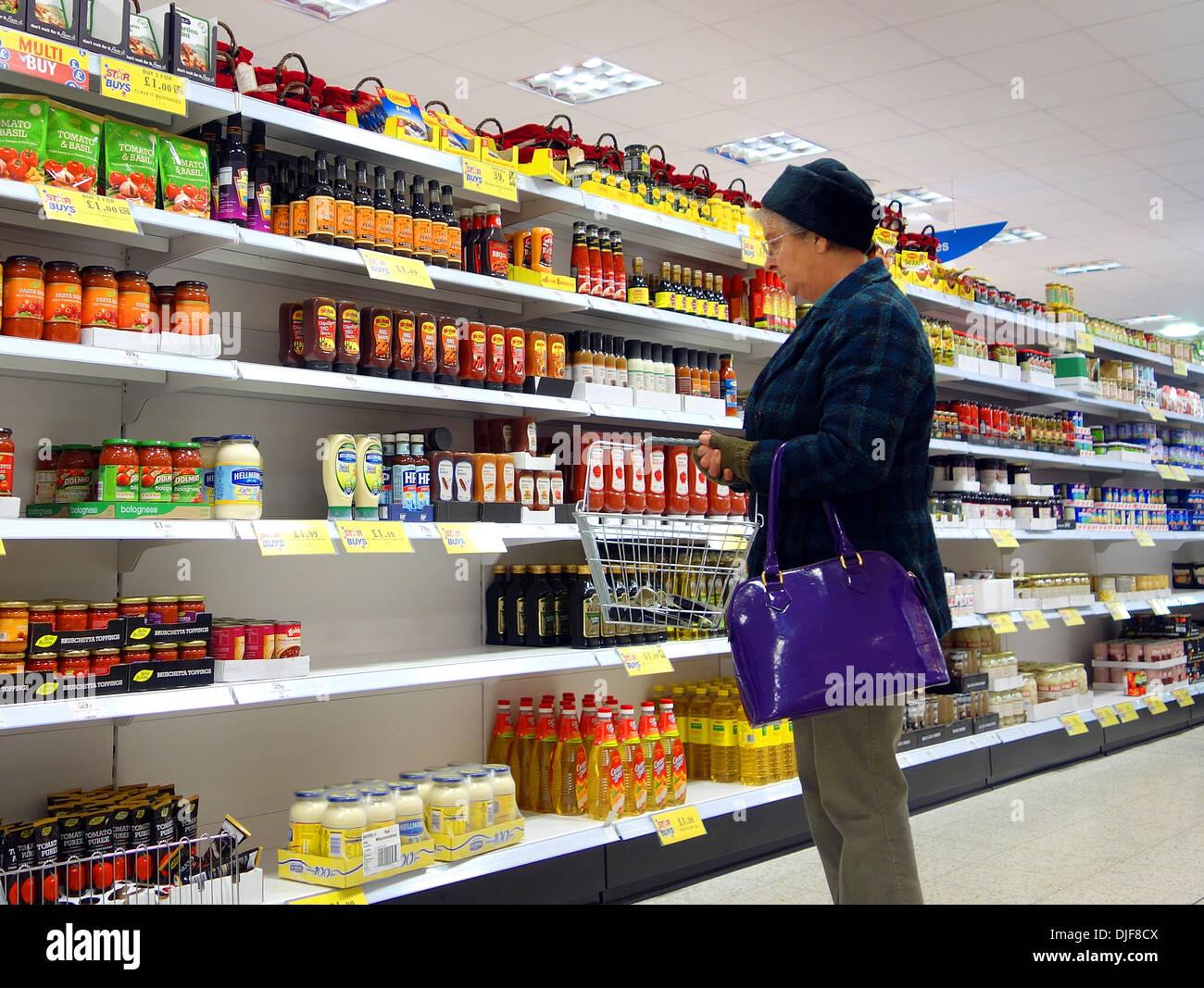 ein Rentner in einem Discounter einkaufen Stockbild