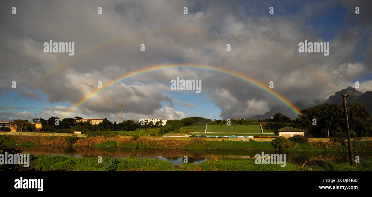 13. Juni 2010 steigt - Cape Town, SOUTH AFRICA - A double Rainbow nach Regen am Morgen Sonntag, 13. Juni 2010 in Kapstadt, Südafrika. (Kredit-Bild: © Mark Sobhani/ZUMApress.com) Stockfoto