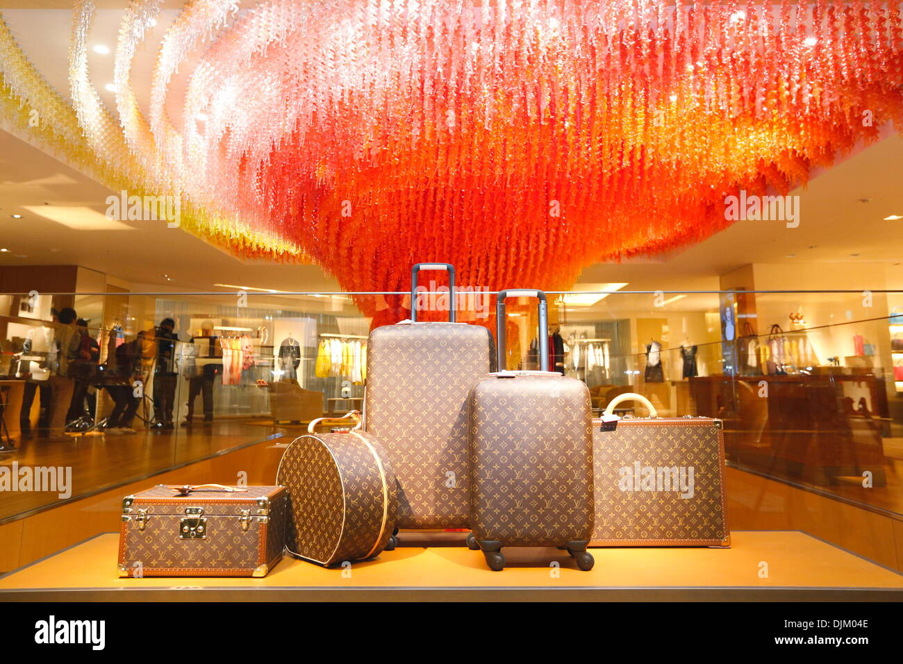 "Tokio, Japan. 28. November 2013. Louis Vuitton Shop, 28. November 2013: Zeremonie zu öffnen, für ""LOUIS VUITTON"" in Shinjuku, Tokio, Japan zu speichern. Bildnachweis: Aflo Co. Ltd./Alamy Live-Nachrichten Stockbild"