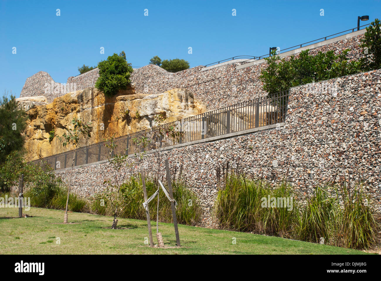 Stone Wall In Wire Mesh Stockfotos & Stone Wall In Wire Mesh Bilder ...