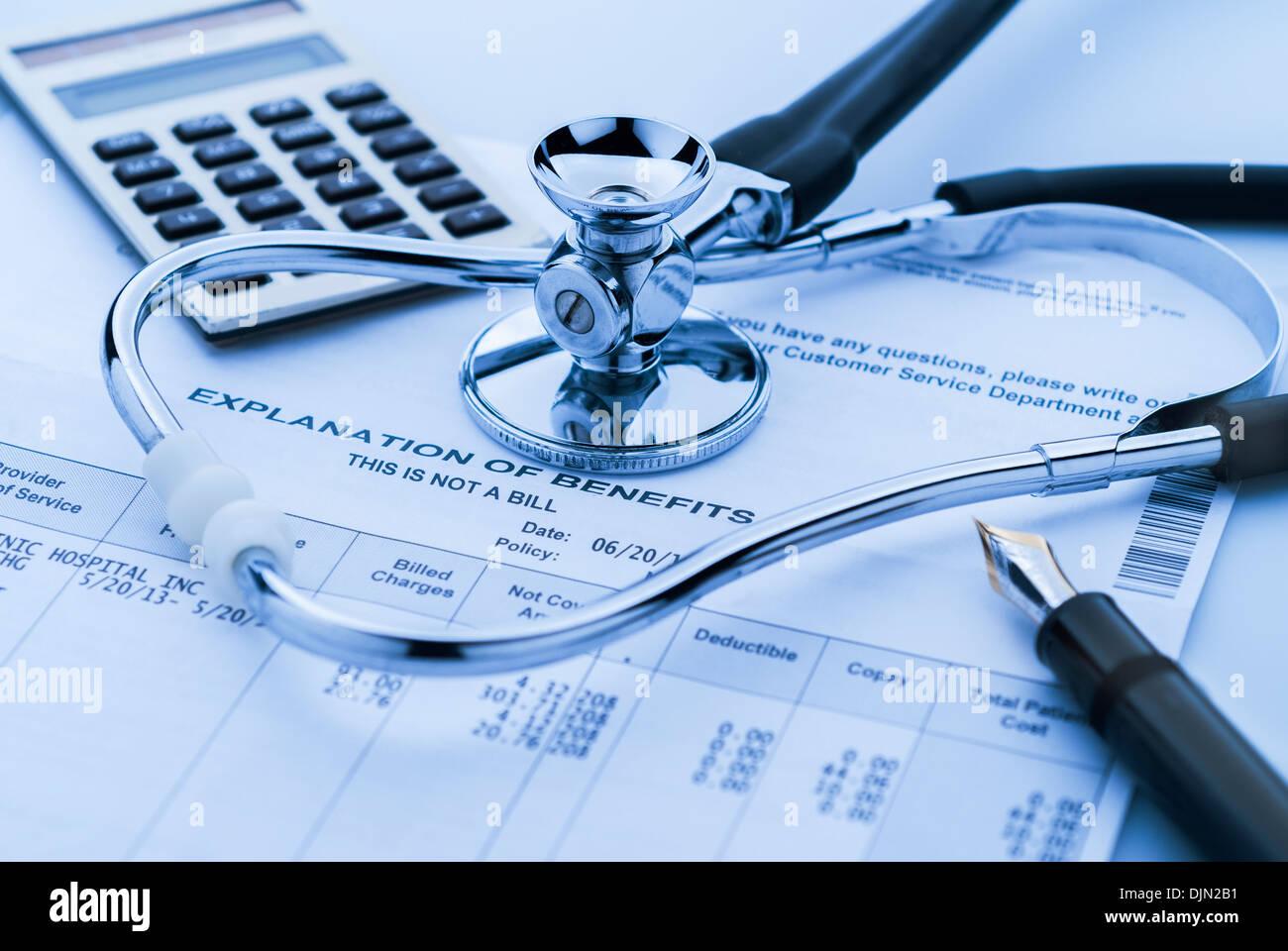 Kosten des Gesundheitswesens mit Stethoskop, Taschenrechner und Kugelschreiber Stockbild