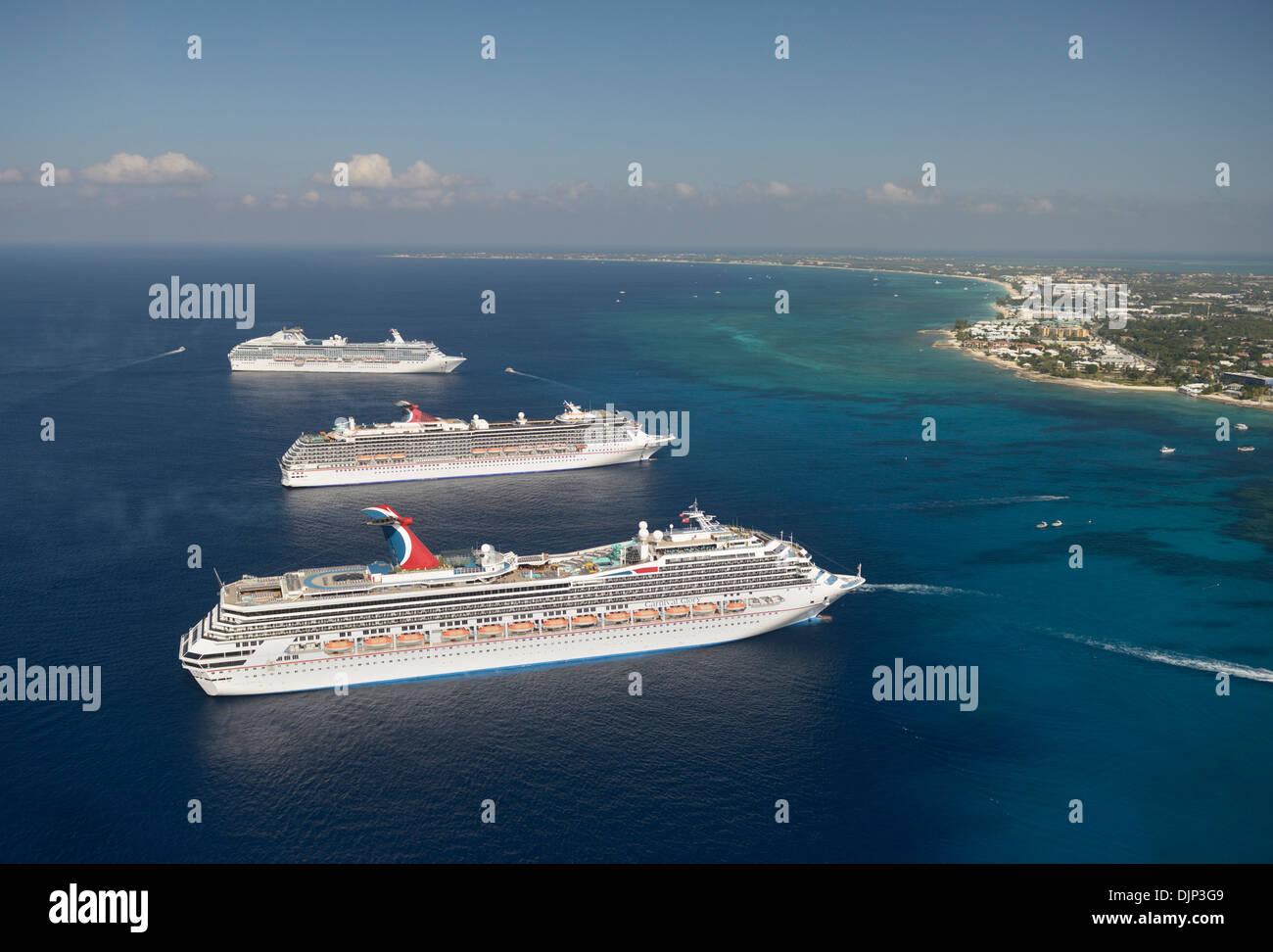 Kreuzfahrtschiffe, Grand Cayman, Cayman Islands, British West Indies, Seven Mile Beach im Hintergrund Stockbild
