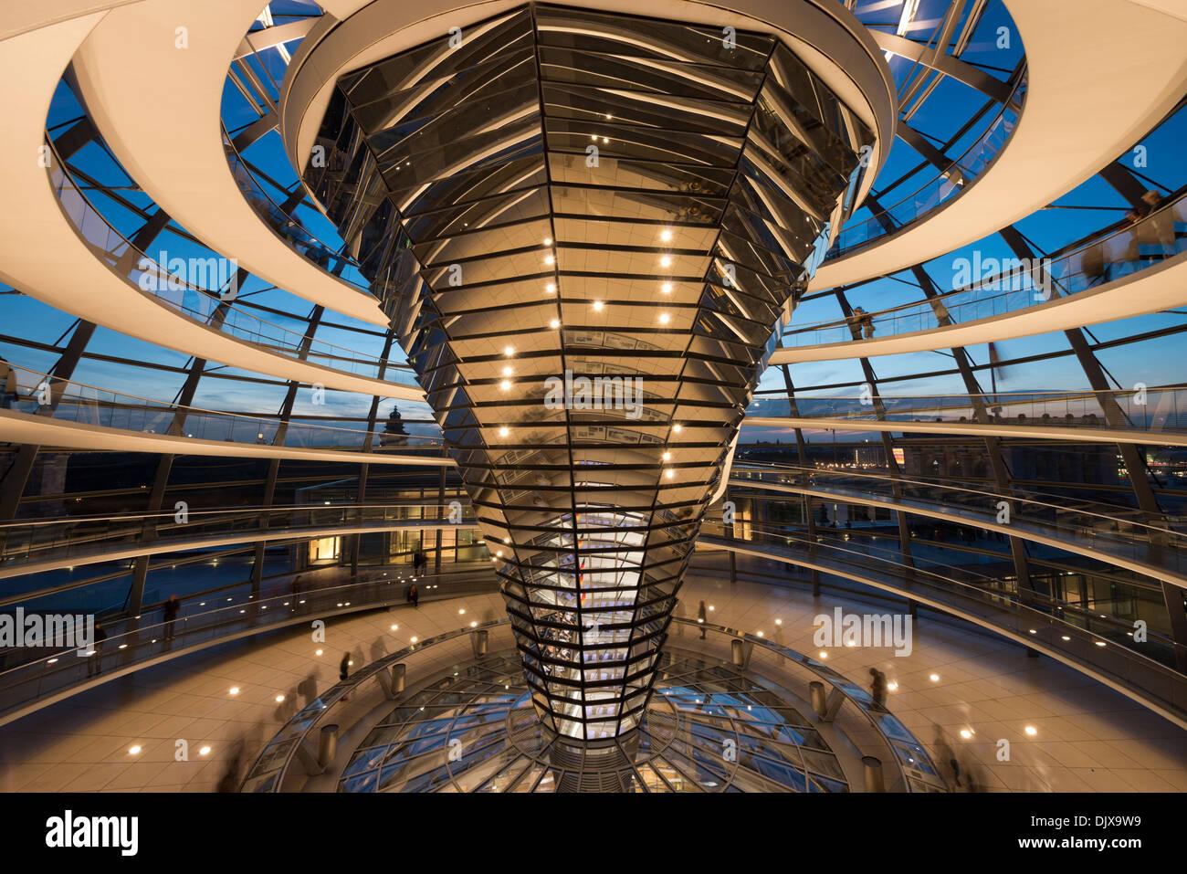 Innenraum der Reichstagskuppel beleuchtet in der Nacht. Berlin, Deutschland. Stockbild