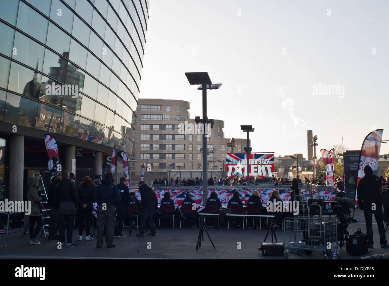 Mitglieder der Öffentlichkeit den Auditions für Britain es Got Talent vor dem Arsenal Fußball-Stadion im Norden Londons zu besuchen. Stockbild