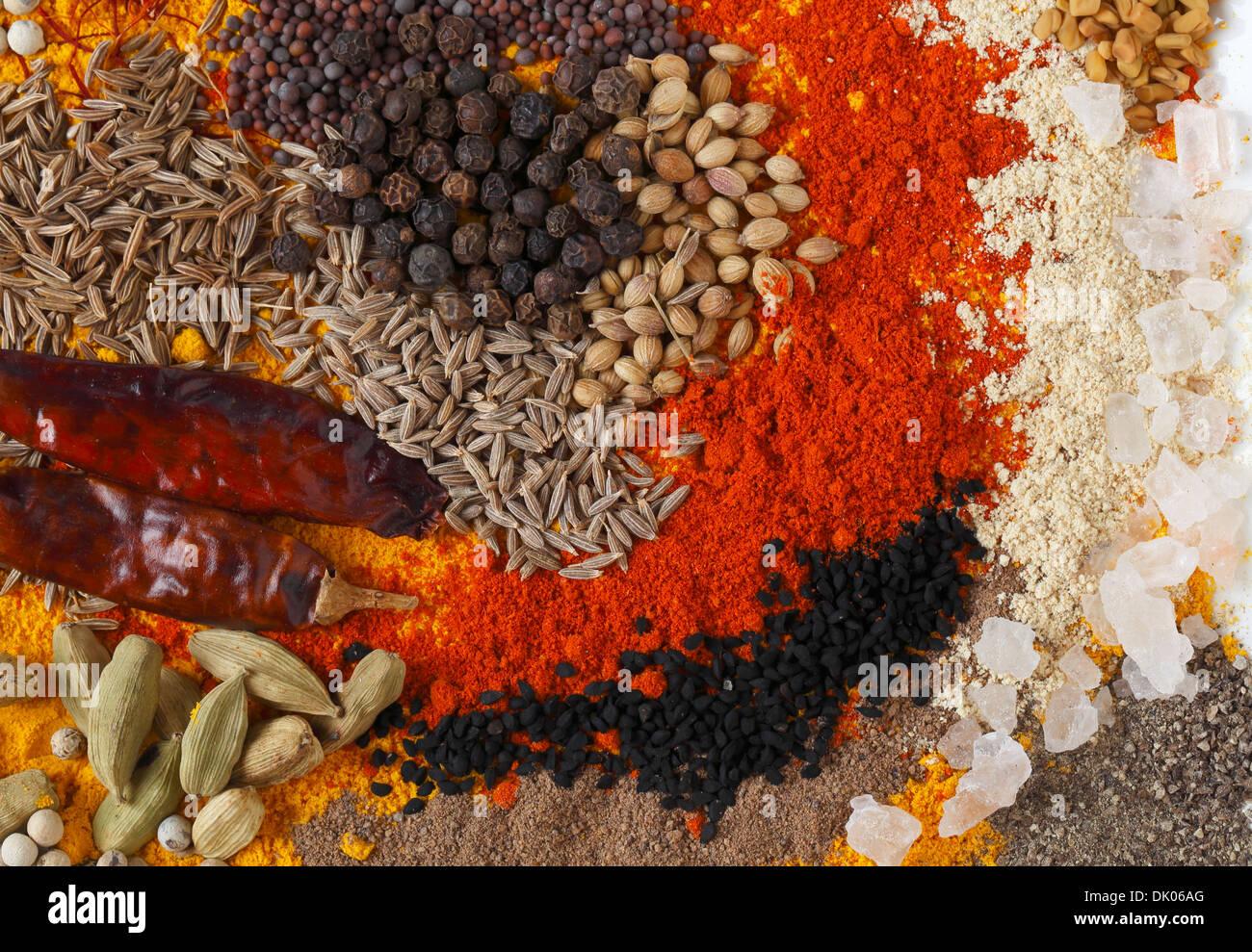 Bunte Gewürze verwendet in Indien und anderen asiatischen Küchen ...