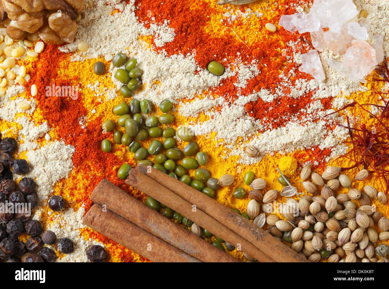 Blick auf eine Auswahl an Gewürzen und Zutaten, die in Indien und ...