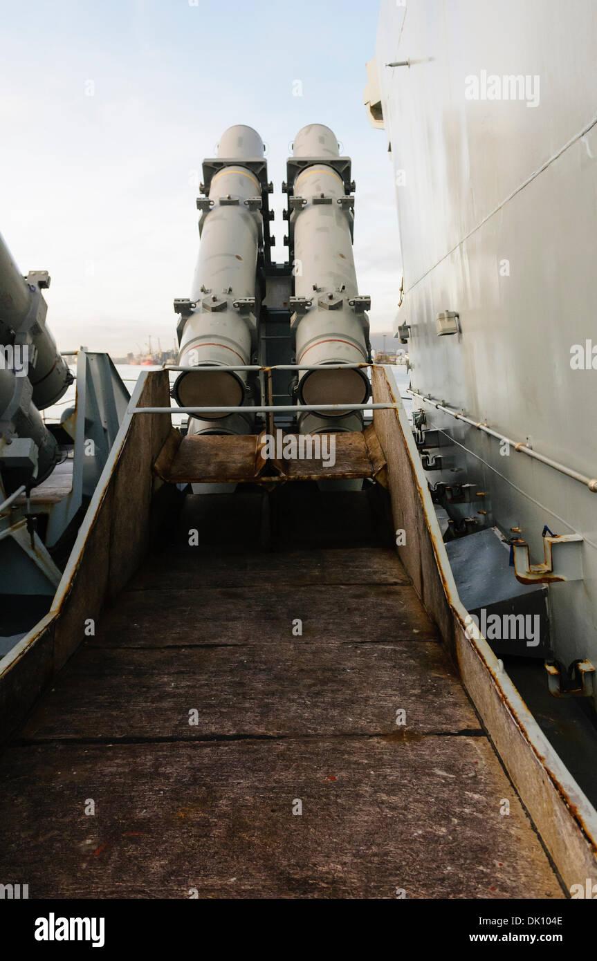 Belfast, Nordirland. 30. November 2013 - Abfall-Rutsche von einer Harpune Quad-Raketenwerfer an Bord der HMS Monmouth, Stockfoto