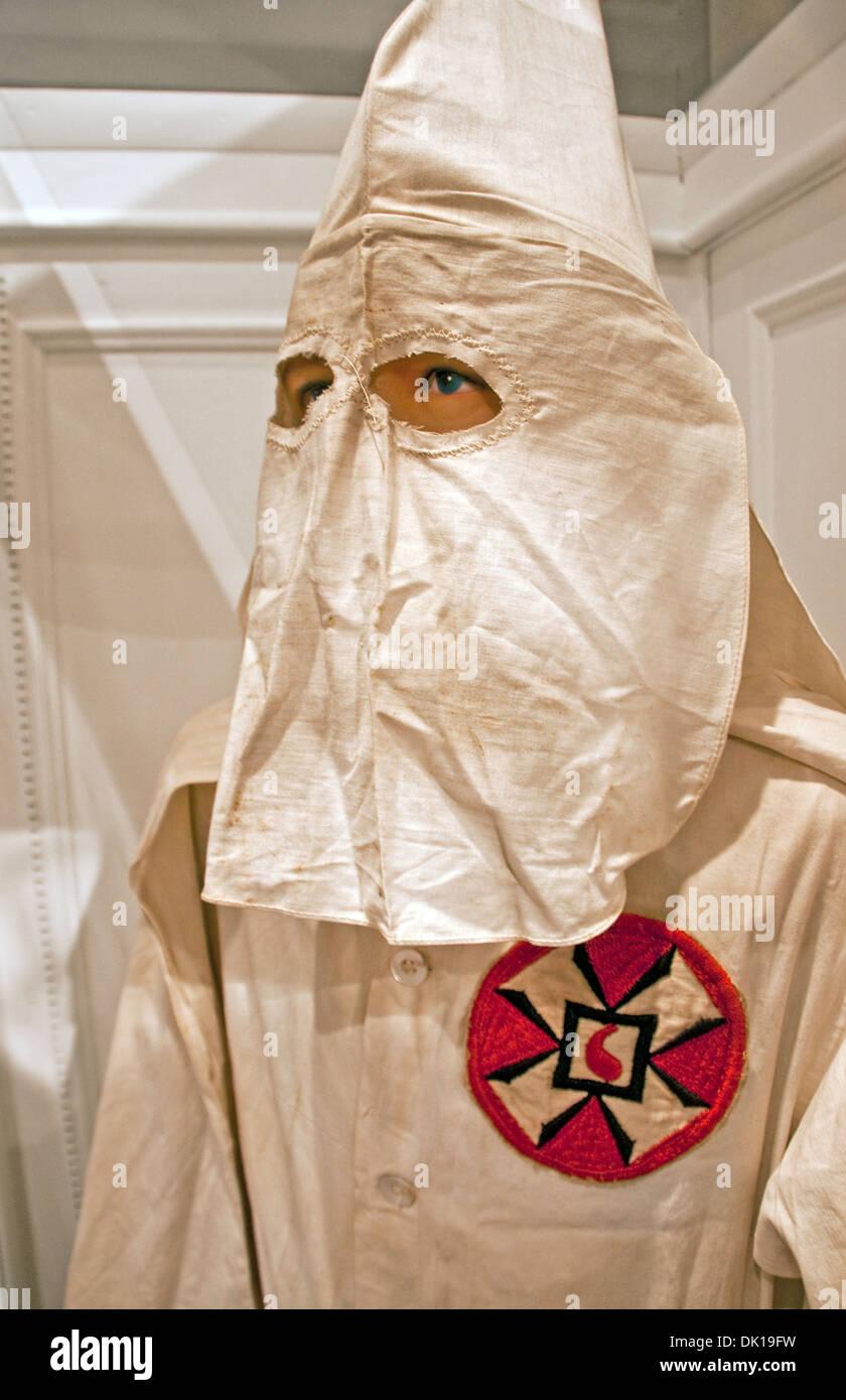 Ku Klux Klan Weiße Robe Mit Gemeinsamen Abzeichen Und Spitzen Haube