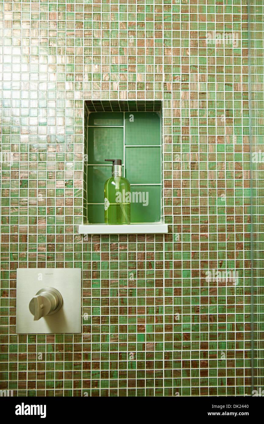 Grüne Fliesen Im Badezimmerdusche Mit Einlage Stockfoto Bild - Grüne fliesen bad