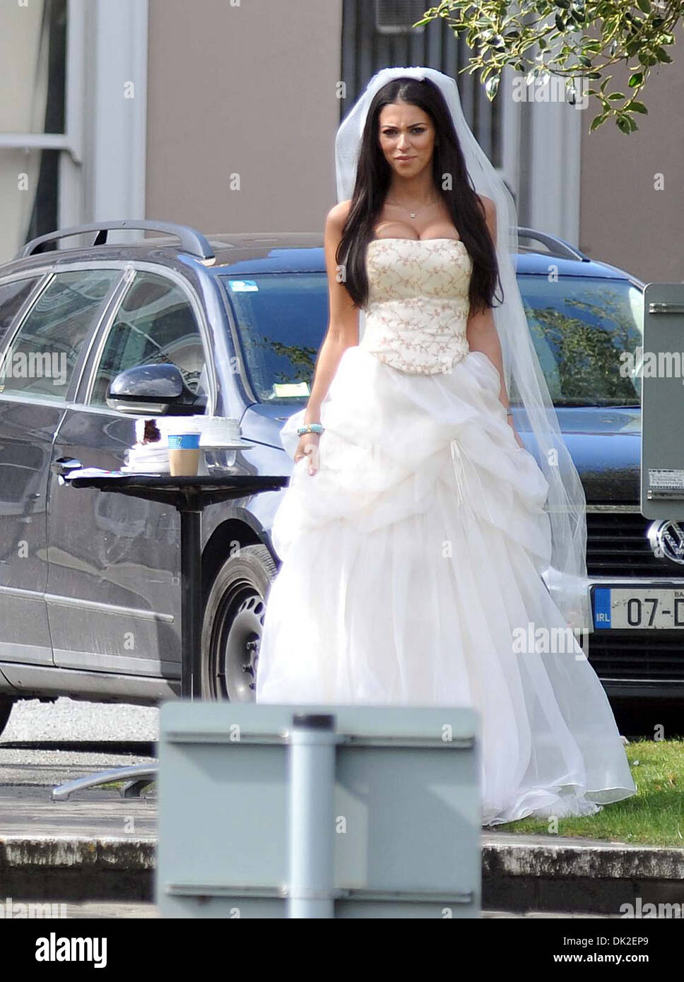 Georgia Salpa trägt ein Brautkleid während der Dreharbeiten zu einer ...