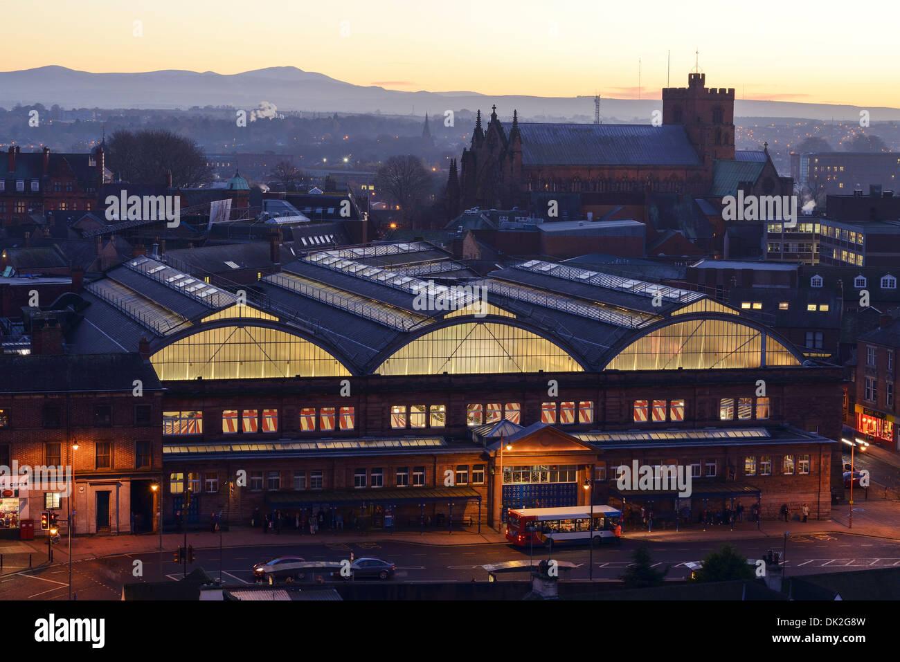 Die Markthalle und die Kathedrale im Stadtzentrum von Carlisle Stockbild