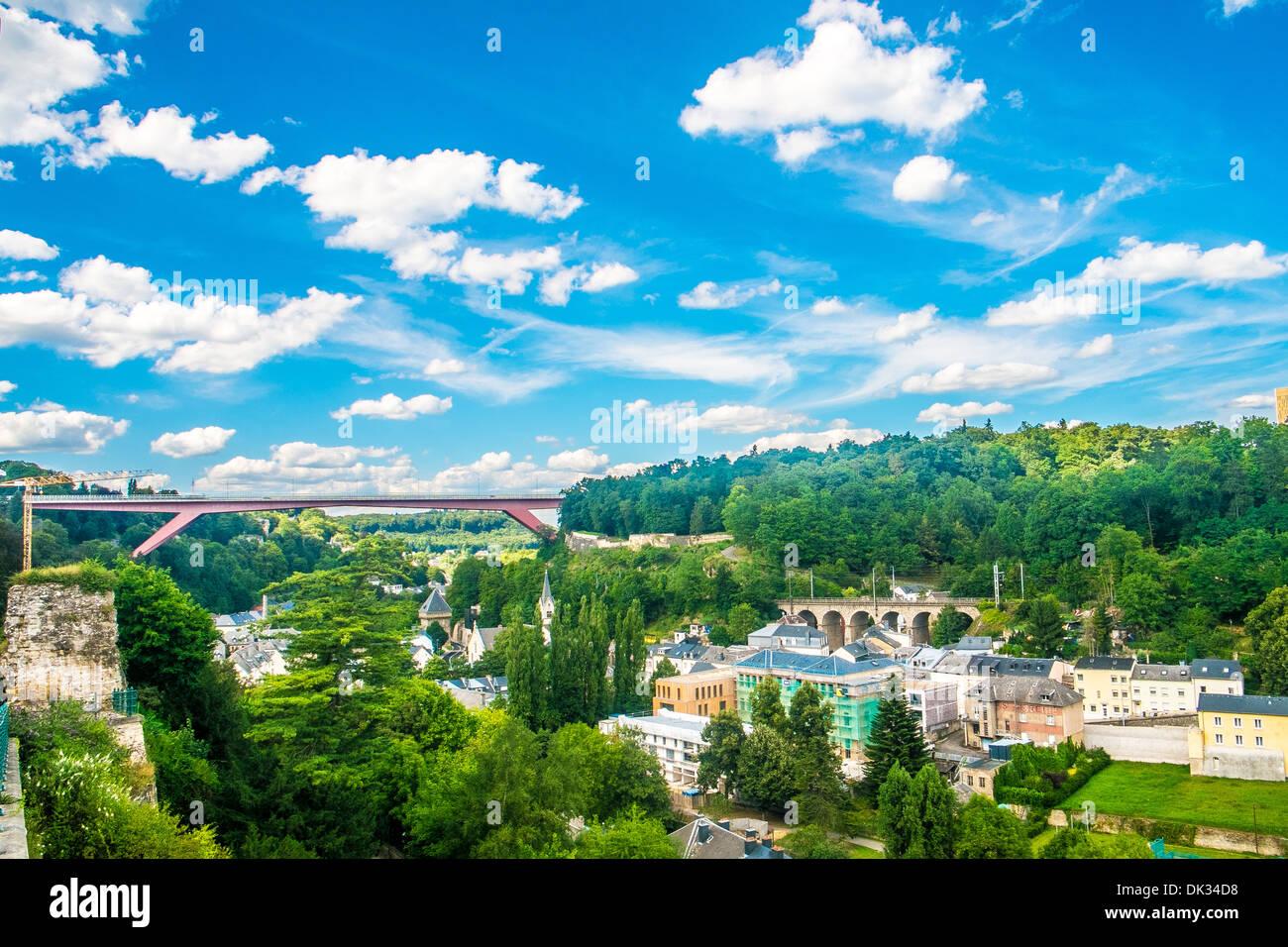 Panorama der Stadt Luxemburg mit bewölktem Himmel Stockbild