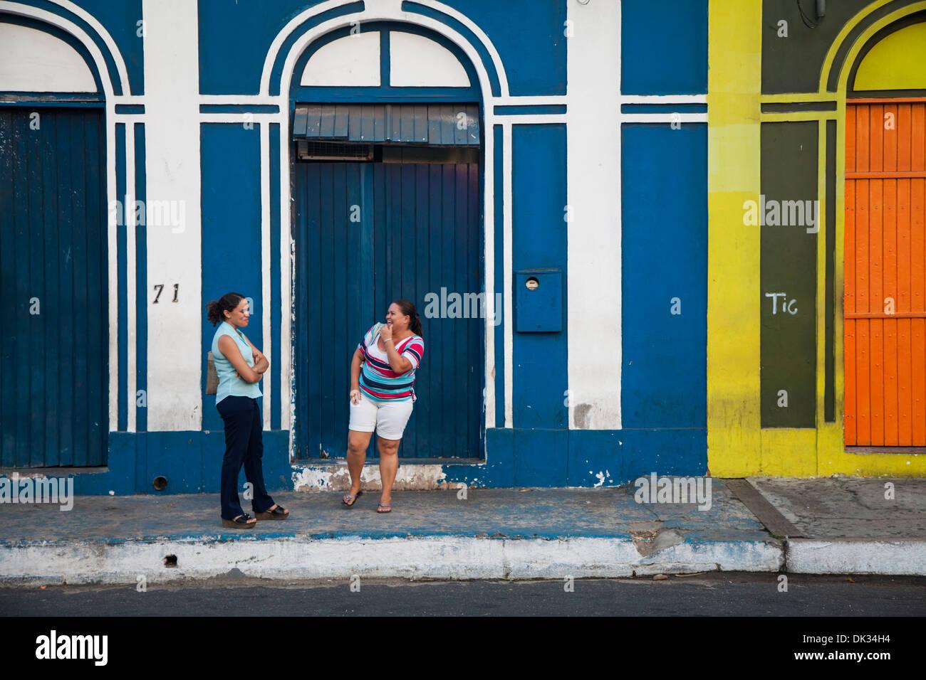 Menschen warten auf den Bus von bunten kolonialen Gebäude in der Innenstadt von Fortaleza, Brasilien. Stockbild