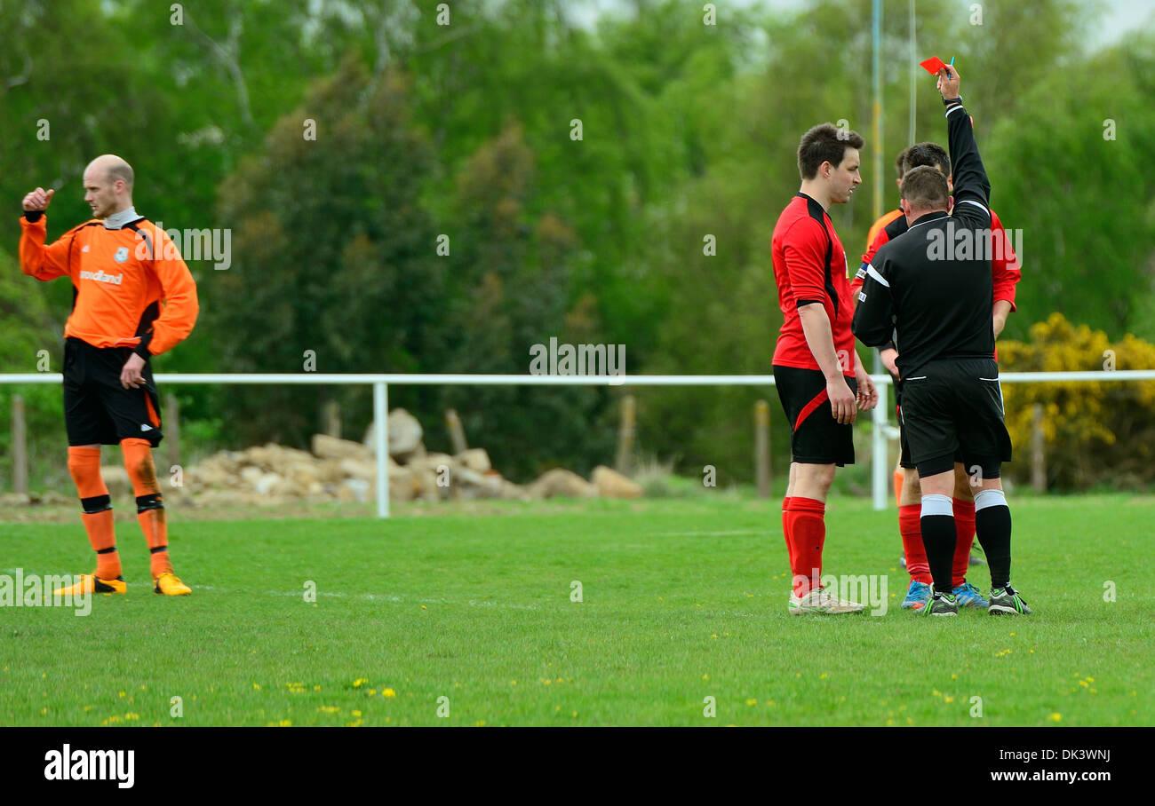 Rote Karte von Schiedsrichter für Foulspiel an Foxash Fußball Club, Lawford, Essex, UK winkte Stockbild