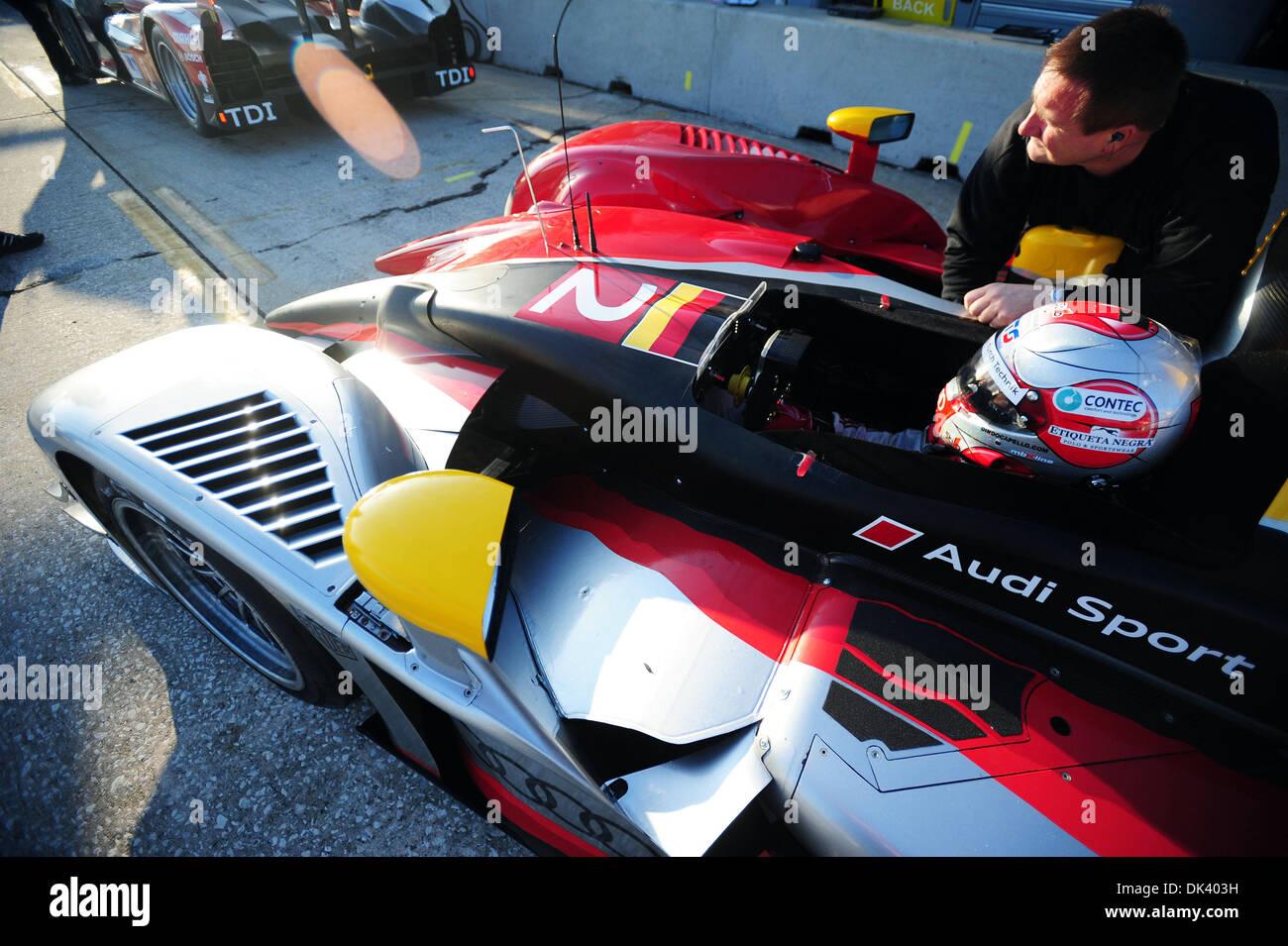 14. März 2011 - wartet Sebring, Florida, USA - Audi Sport Fahrer RINALDO CAPELLO, von Italien, in der R15 Plus während der Tests für die 12 Stunden von Sebring.  (Credit: © Rainier Ehrhardt/ZUMAPRESS.com) Stockbild