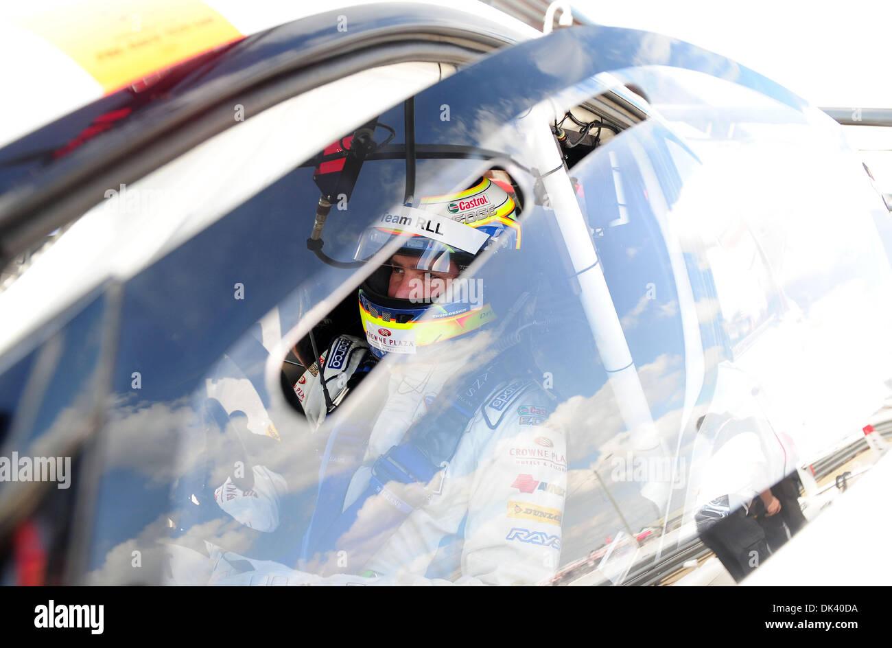 15. März 2011 - wartet Sebring, Florida, USA - BMW-Pilot DIRK WERNER, von Deutschland, während des Tests für die Stockfoto