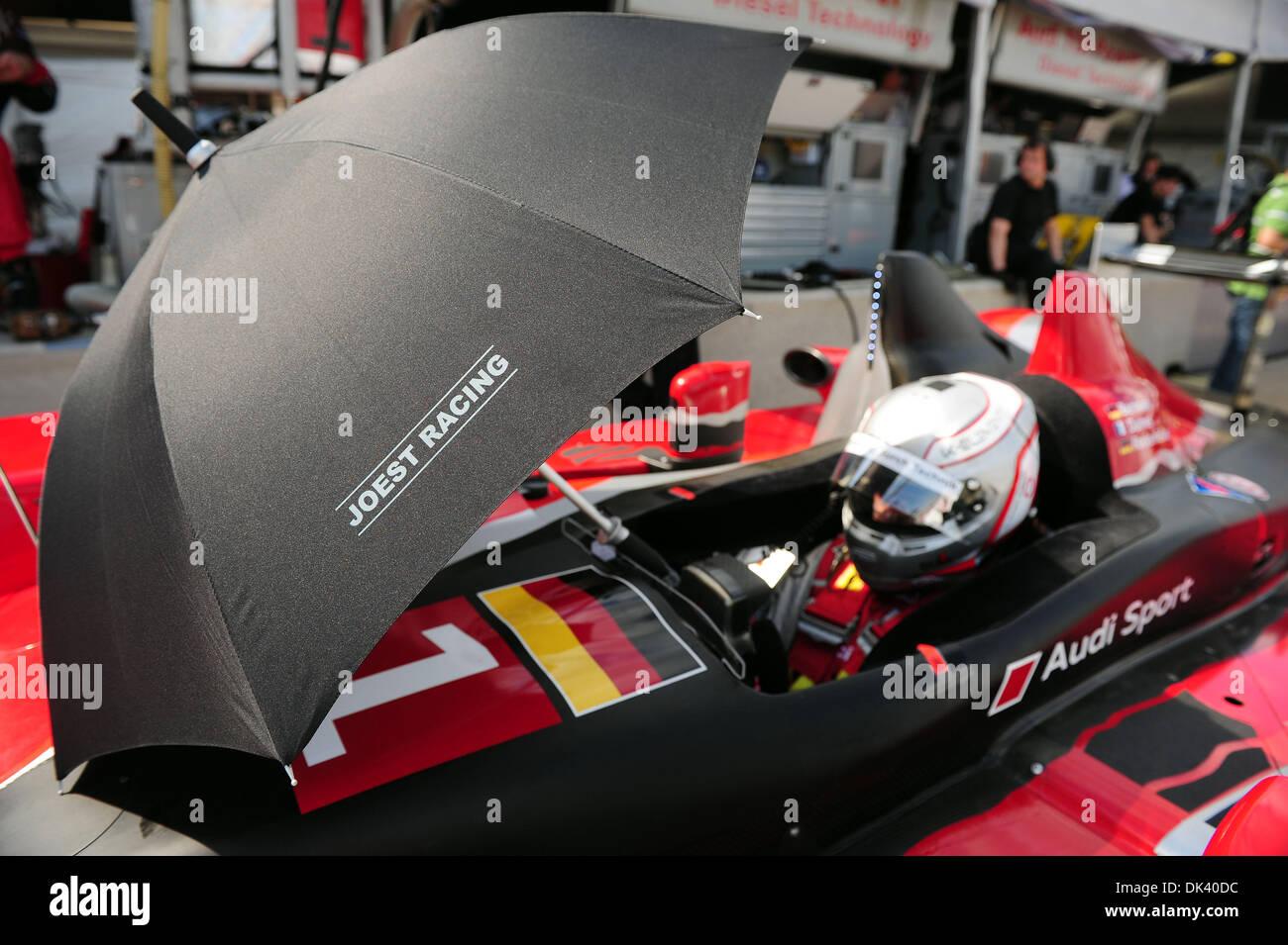 15. März 2011 - wartet Sebring, Florida, USA - Audi Sport Fahrer ROMAIN DUMAS, von Frankreich, in der R15 Plus während Stockfoto