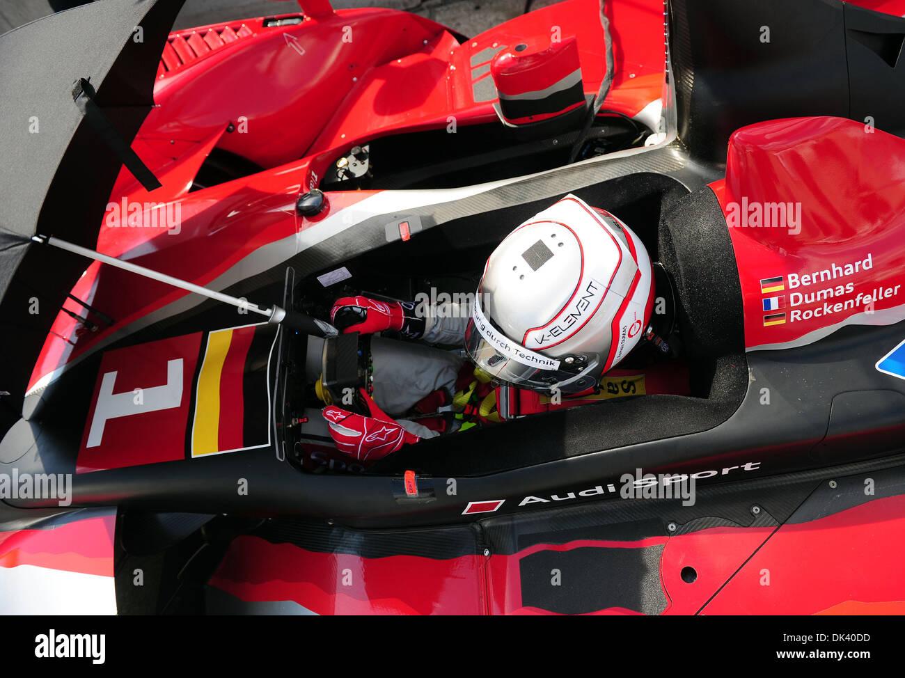 15. März 2011 - wartet Sebring, Florida, USA - Audi Sport Fahrer ROMAIN DUMAS, von Frankreich, in der R15 Plus während der Tests für die 12 Stunden von Sebring. (Kredit-Bild: © Rainier Ehrhardt/ZUMAPRESS.com) Stockbild