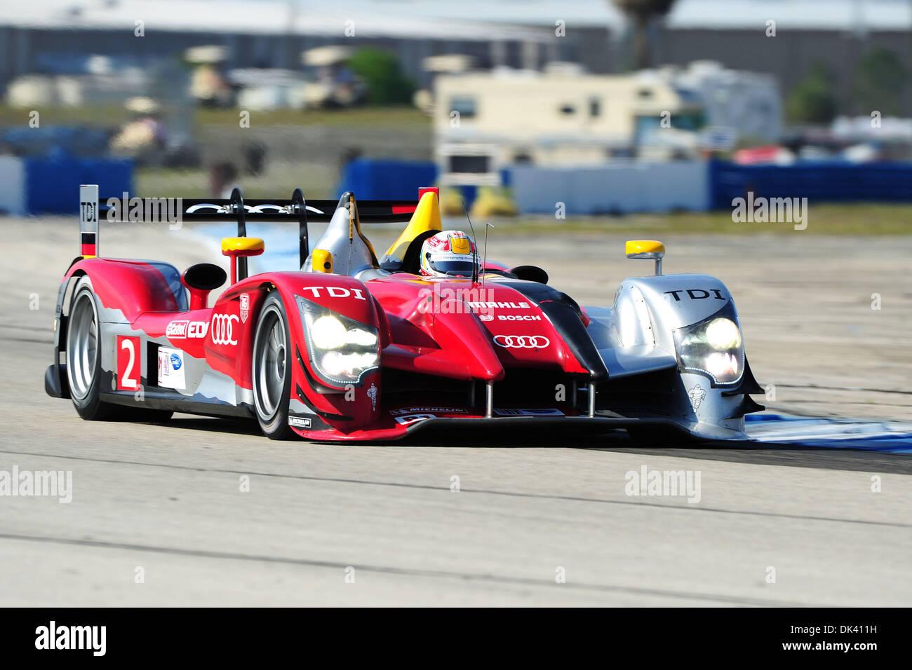 16. März 2011 - Laufwerke Sebring, Florida, USA - Audi Sport-Fahrer TOM KRISTENSEN aus Dänemark, der R15 Plus während der Tests für die 12 Stunden von Sebring. (Kredit-Bild: © Rainier Ehrhardt/ZUMApress.com) Stockbild