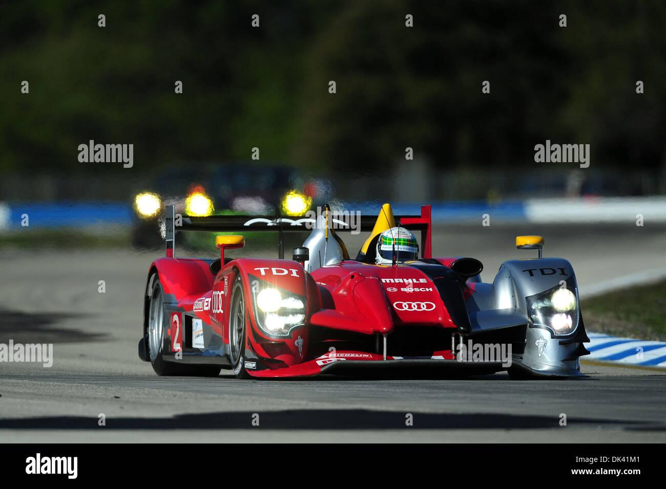 17. März 2011 - treibt Sebring, Florida, USA - Audi Sport-Fahrer ALLAN MCNISH, von Schottland, der R15 Plus während Stockfoto