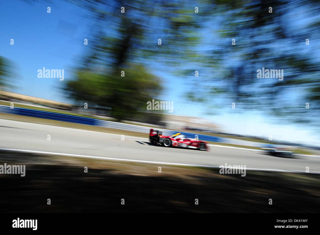 17. März 2011 - treibt Sebring, Florida, USA - Audi Sport-Fahrer ALLAN MCNISH, von Schottland, der R15 Plus während des Trainings für die 12 Stunden von Sebringin Sebring, Florida. (Kredit-Bild: © Rainier Ehrhardt/ZUMApress.com) Stockbild