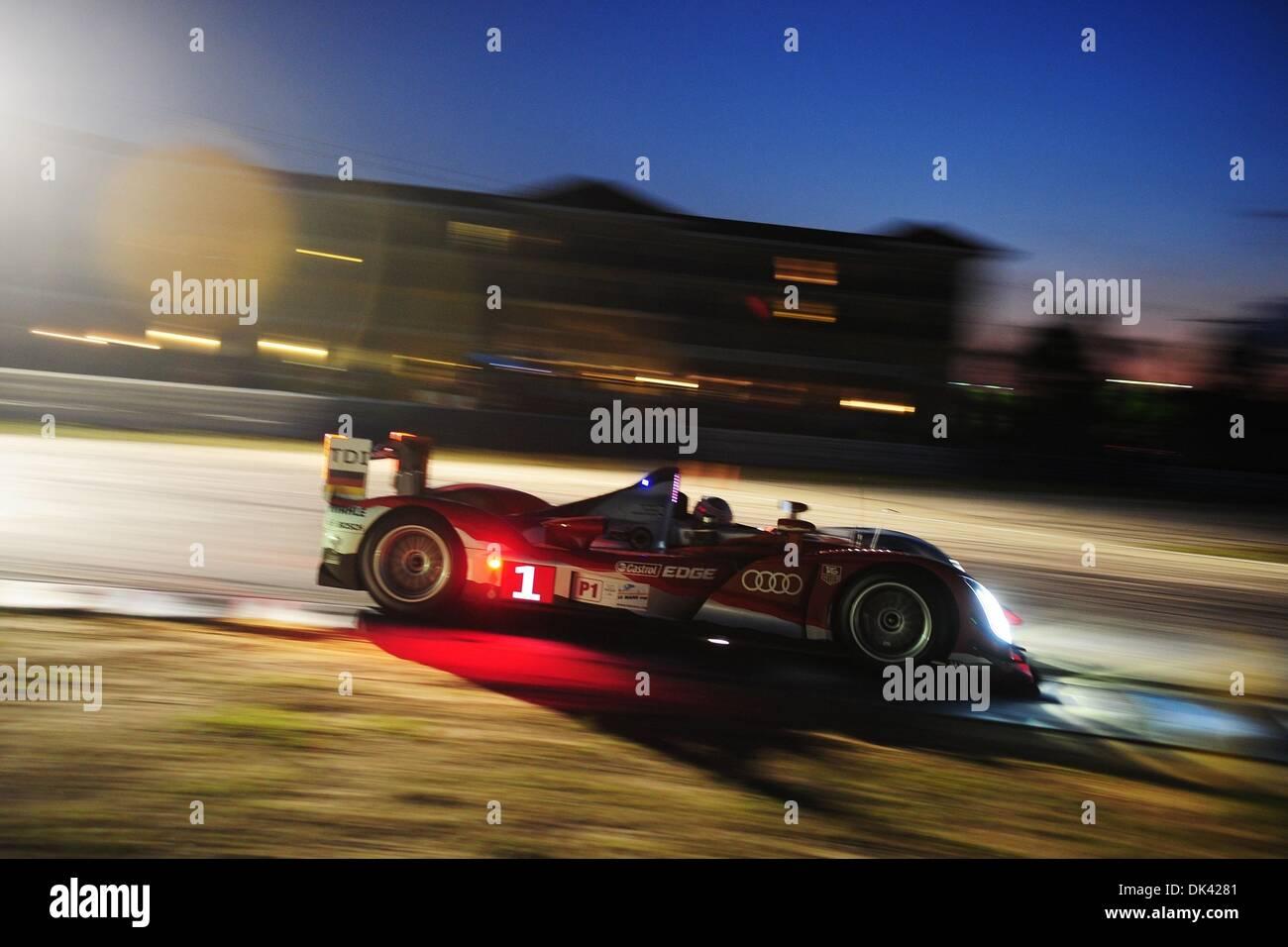18. März 2011 - treibt Sebring, Florida, USA - Audi Sport-Fahrer MIKE ROCKENFELLER, Deutschland, der R15 Plus während der Nacht Praxis für die 12 Stunden von Sebring. (Kredit-Bild: © Rainier Ehrhardt/ZUMA Press/Rainier Ehrhardt) Stockbild